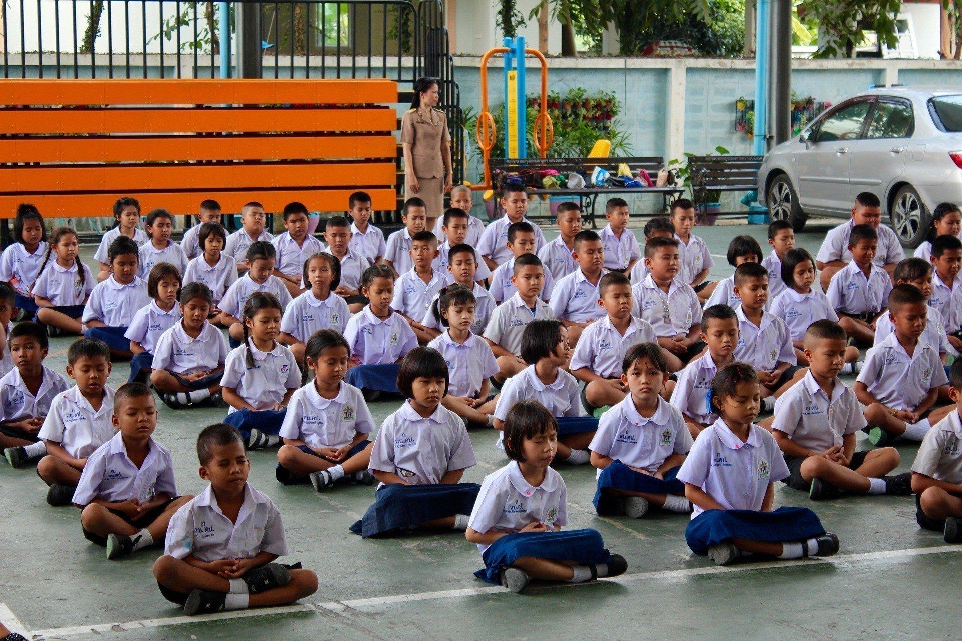 thai-school-children-meditating