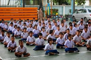 thai-school-children-meditating